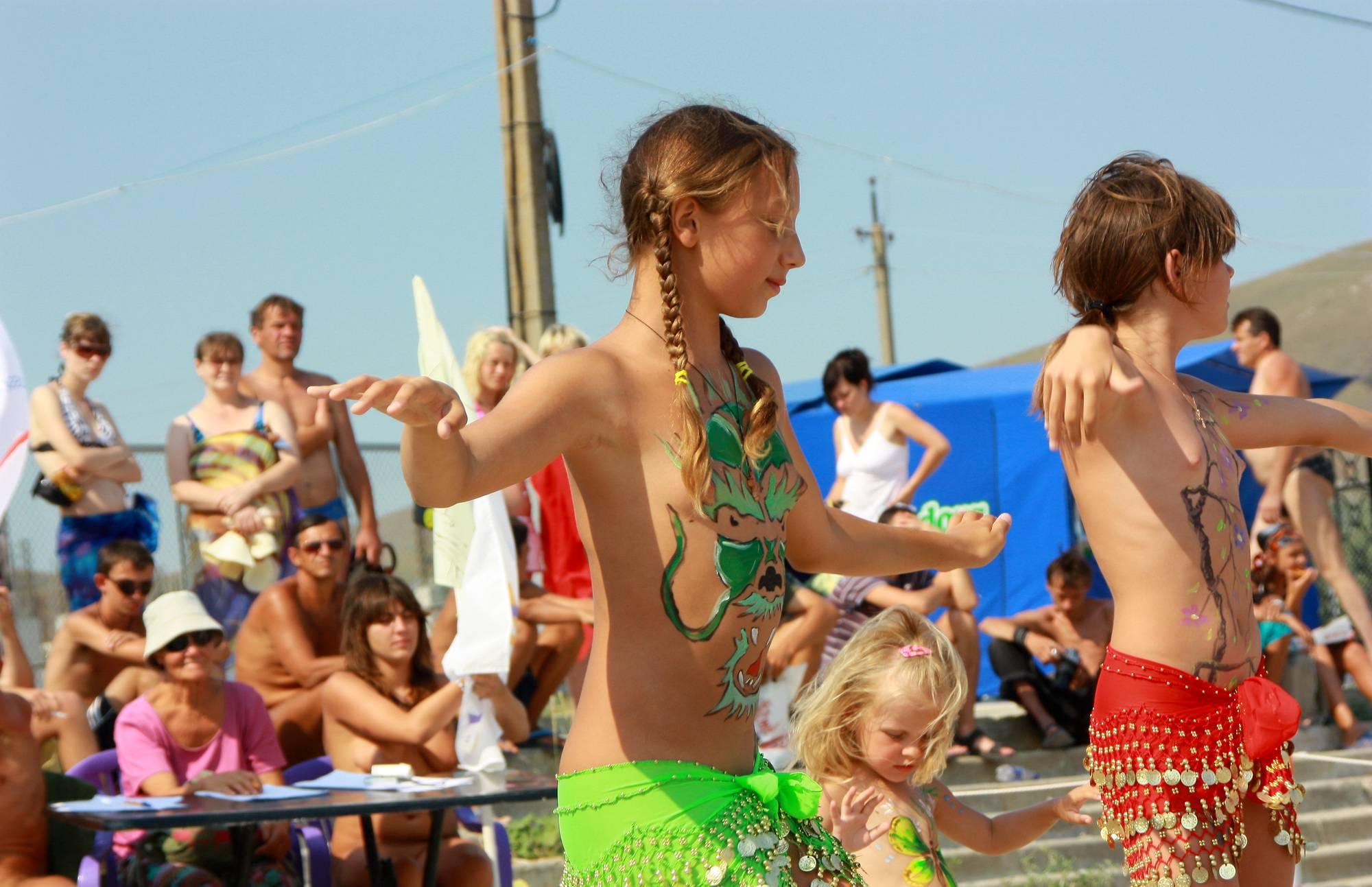 Purenudism Gallery-Miss Natura Group Dance - 1